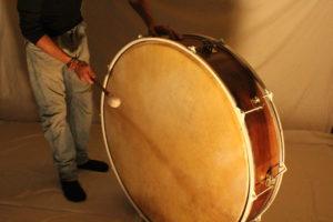 Tambor Gigante, piel de cabra y piel sintética, madera de nogal español curado.