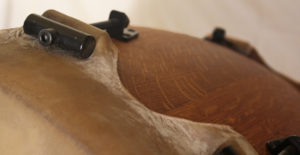 Tambor de roble macizo, y piel de vaca, alta tensión, estilo Taiko, con afinadores metálicos.